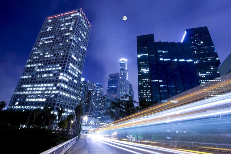 霓虹灯下的城市