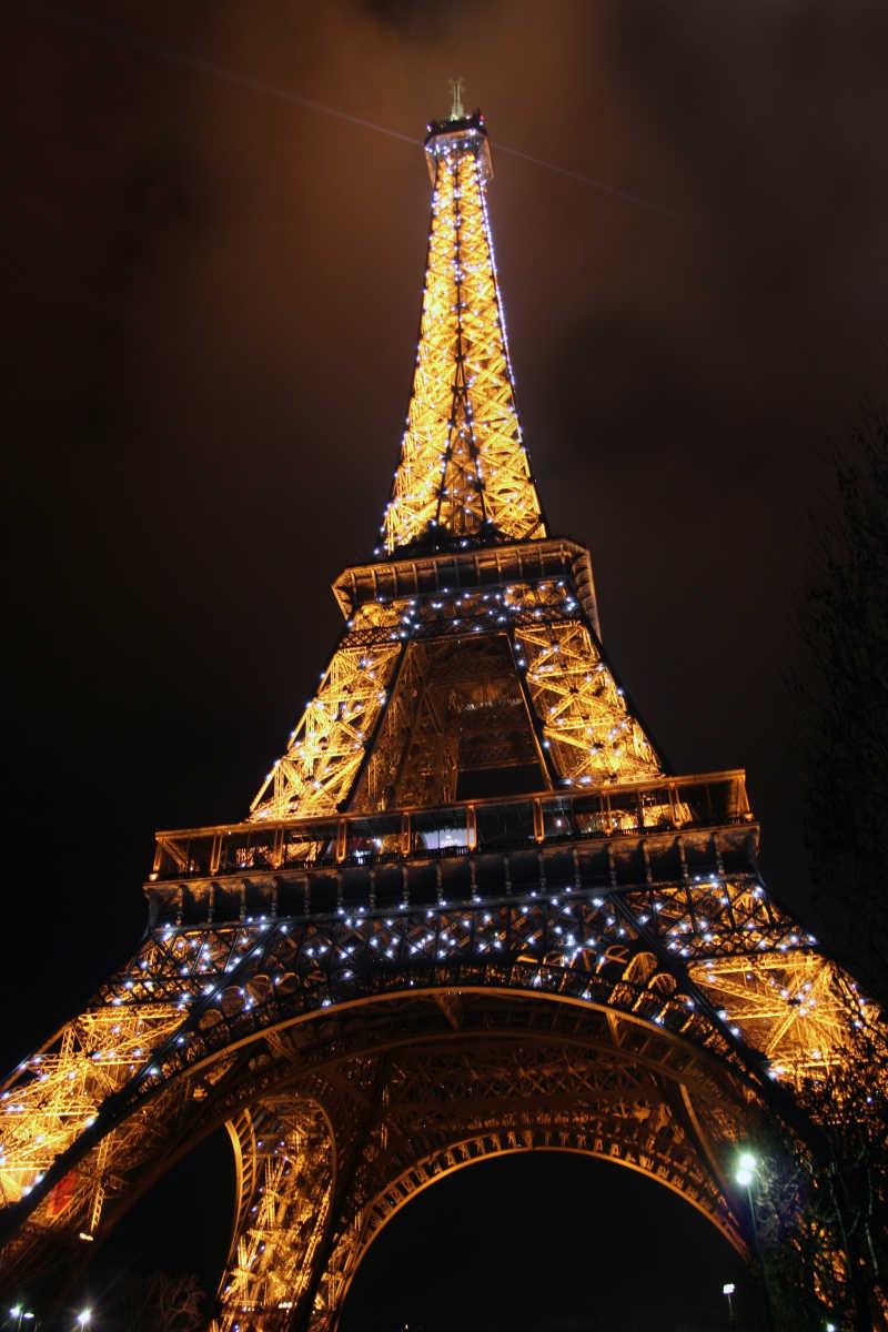 霓虹灯下的塔