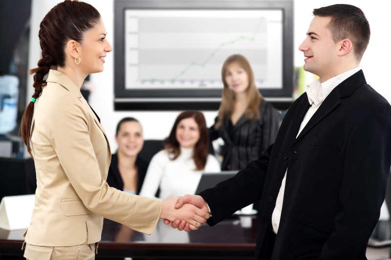 职场商务团队合作成功的握手
