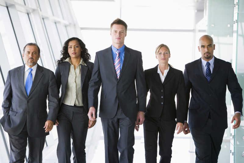 商业团队合作五人组行走