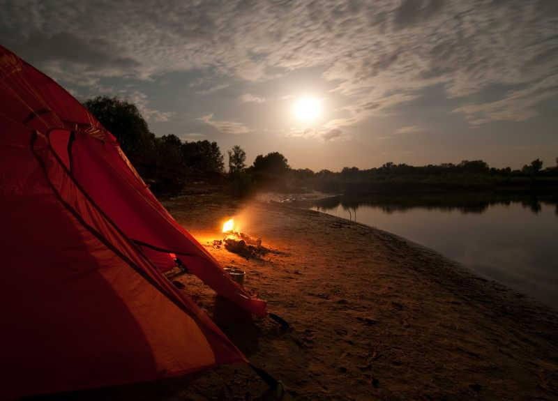 帐篷外等待日出