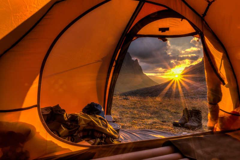 户外露营等待日落