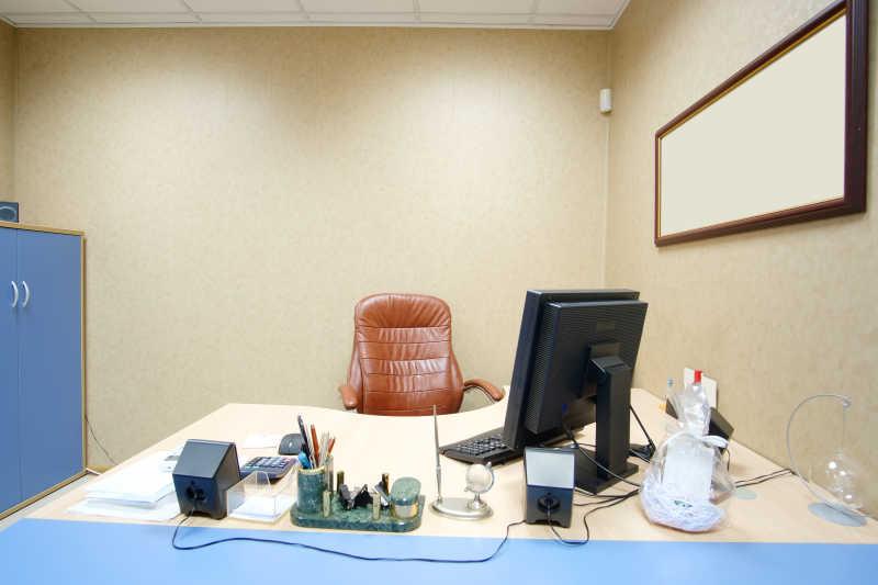 一间宽敞的办公室