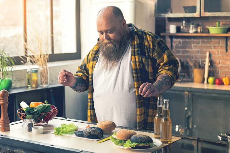男胖子准备美味的汉堡