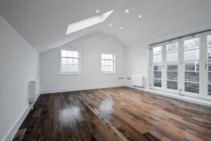 空独栋的阁楼房四周窗口和实木地板