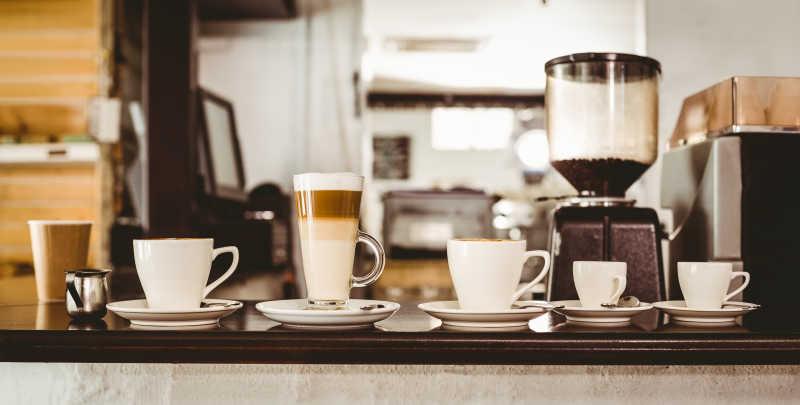 咖啡馆柜台上不同咖啡的选择