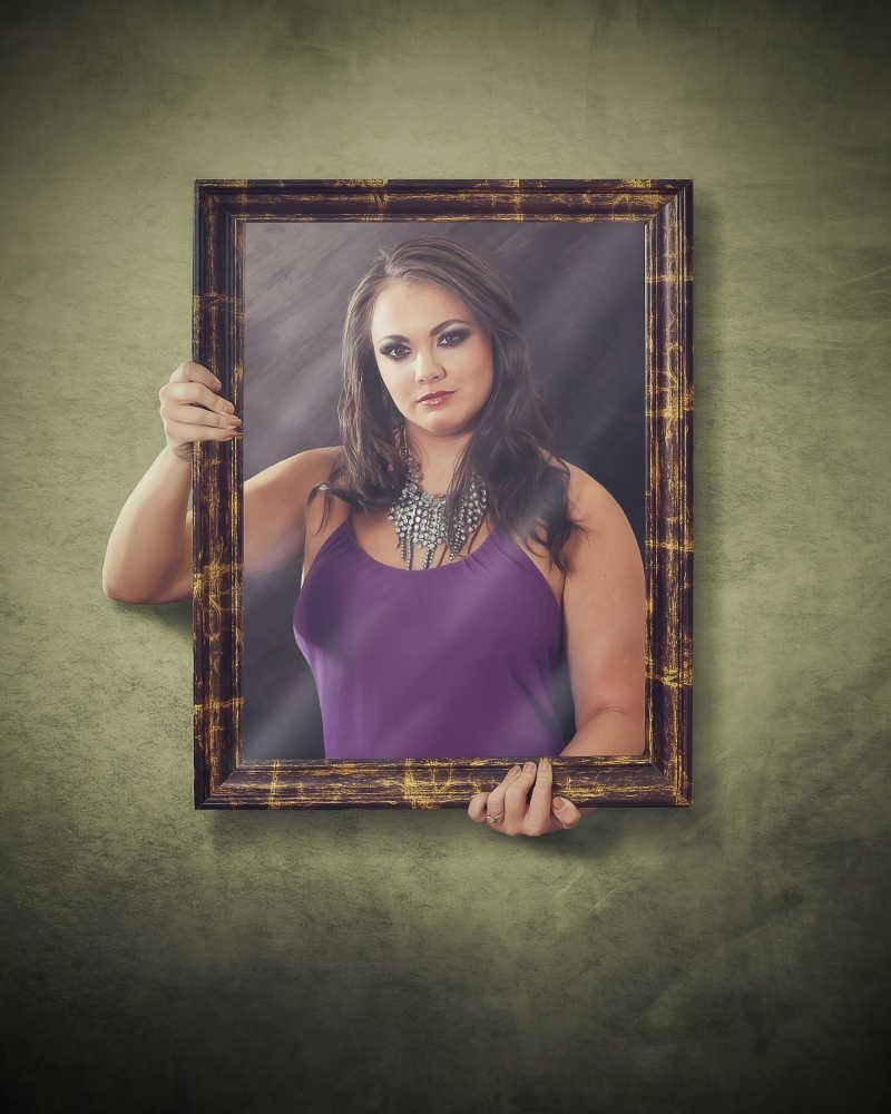 相框中穿紫衣服的女人
