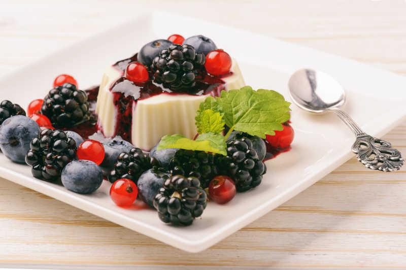 布丁慕斯和浆果