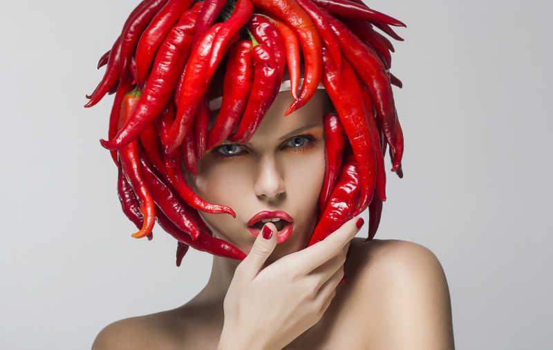 红辣椒作为头饰时尚新潮的女人