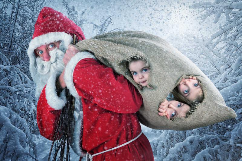 快乐的圣诞老爷爷麻袋里的三个小女孩