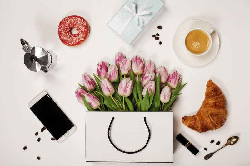 郁金香和咖啡和手机和口红