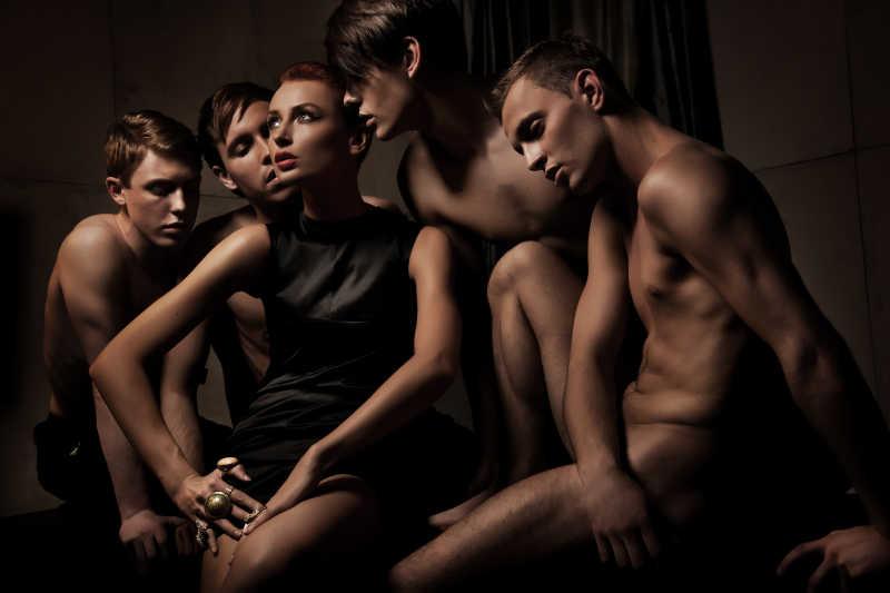 美女与男性裸体模特镜头