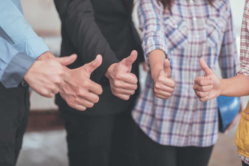 竖起大拇指的商业人士
