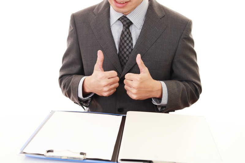 商人看着报表竖起大拇指