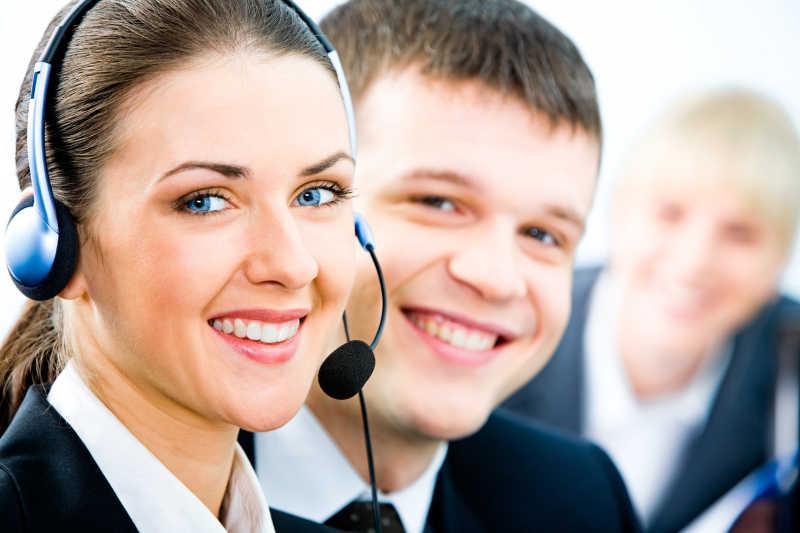 面带微笑的男人和带着耳机微笑着的女客服