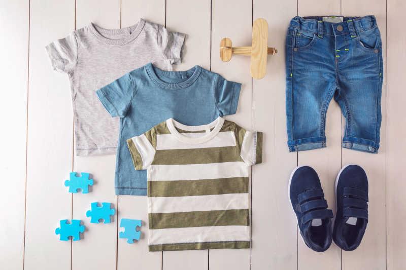 木制背景下平放的男宝宝的衣服