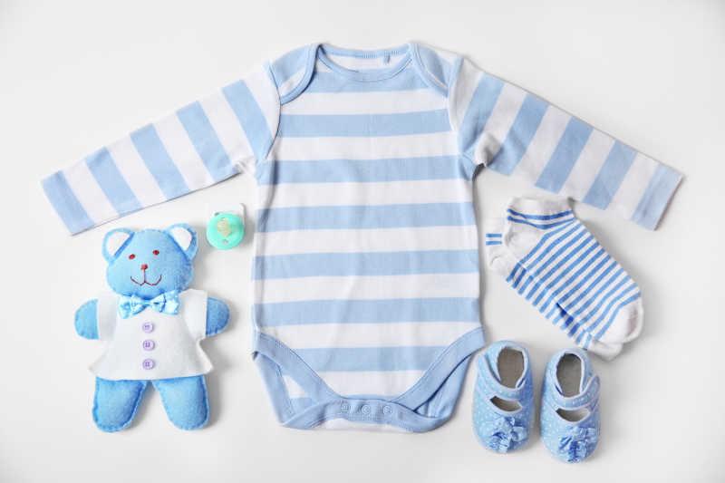 带白色背景玩具的婴儿服装衣服鞋子