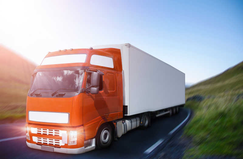 在弯路上行驶的卡车