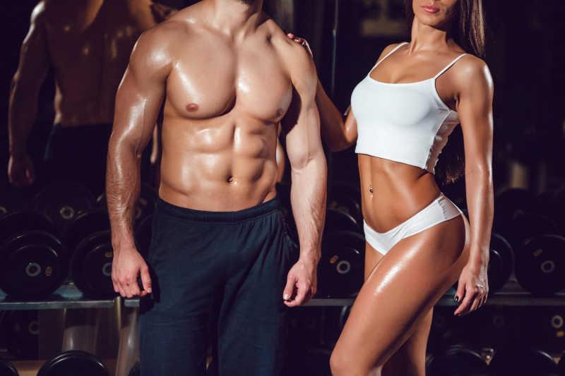 体育女孩和健身房里的男人