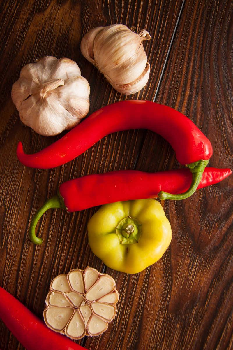 放在桌子上的辣椒和大蒜