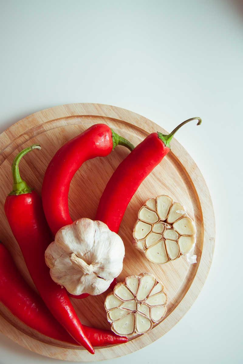 切开的大蒜和红色的辣椒