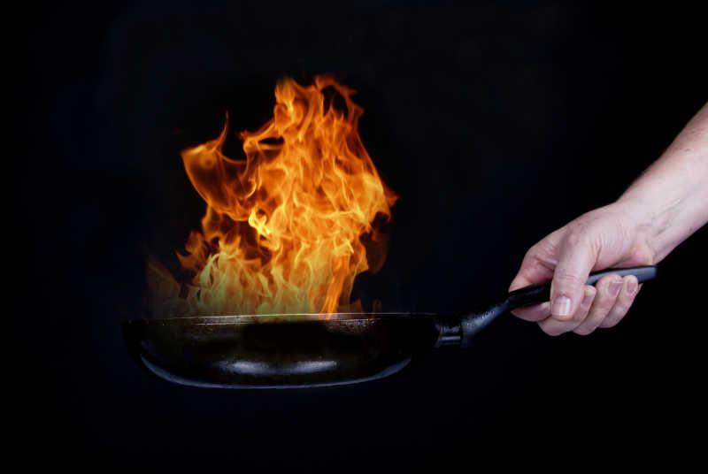 火焰燃烧的锅