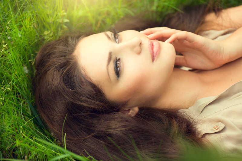美女躺在田野上享受自然