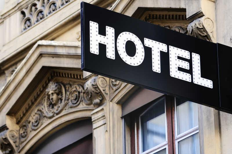 黑色标志的旅店