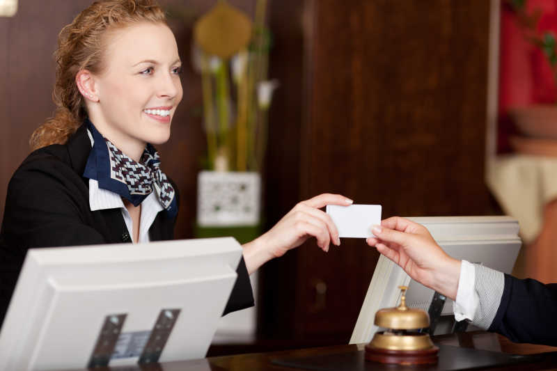 酒店收银将房卡递给客户