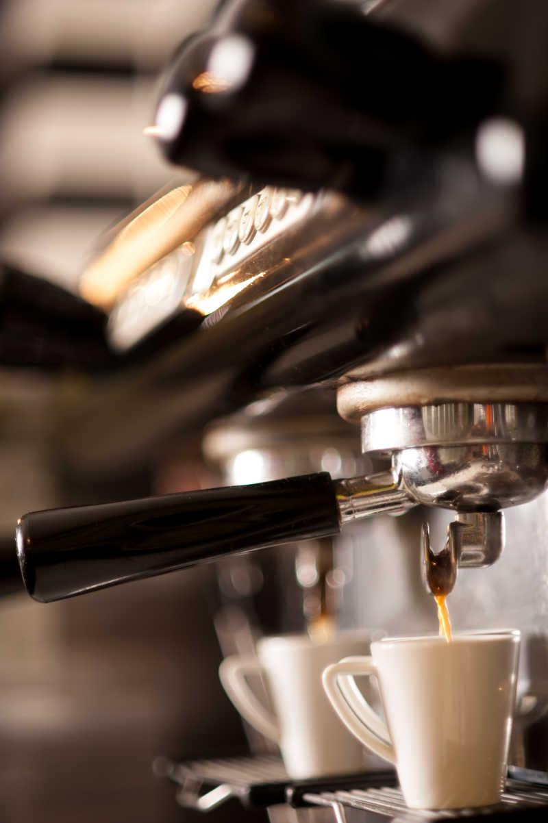 制作咖啡过程的特写镜头