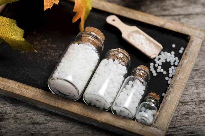 白色药丸和盛装药丸用的木铲