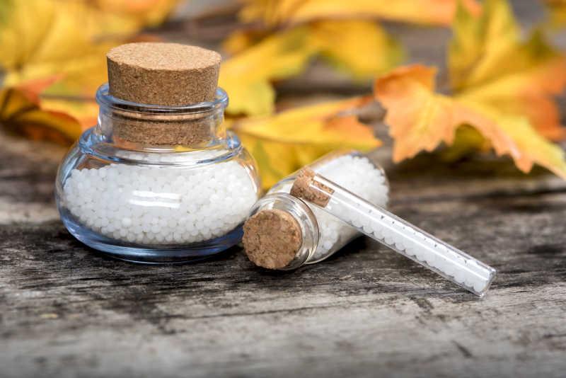 玻璃瓶内的白色药丸和叶子