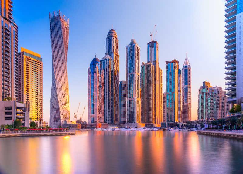 日落下的迪拜码头