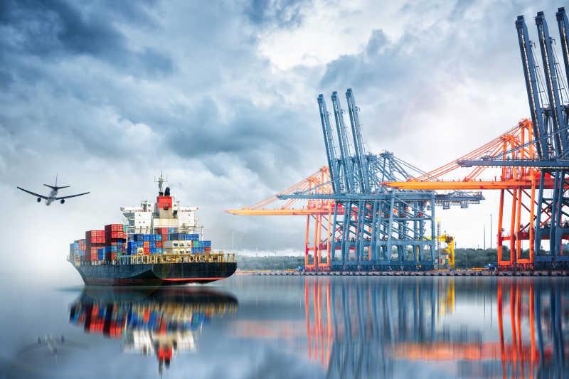 港口集装箱装卸船和港口装卸桥物流进出口和运输业