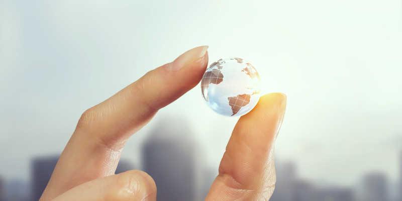 手拿小的概念地球