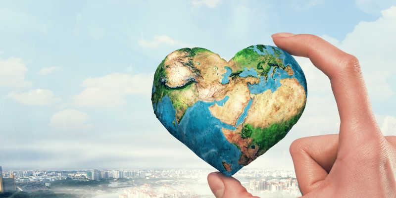 手拿心形状的概念地球