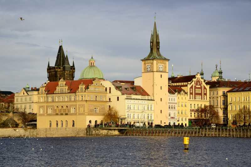 捷克布拉格的建筑与多云的天空