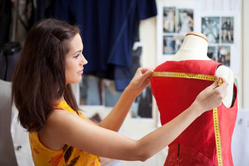 时装设计师测量衣服