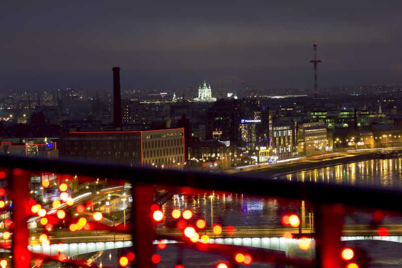来自圣彼得堡的一个高度的观景点的城市