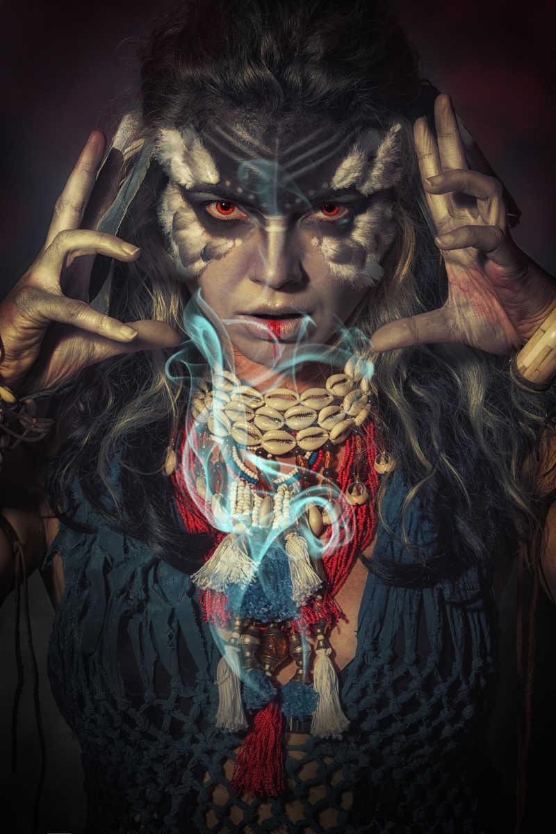 萨满的女人肖像在黑色背景下