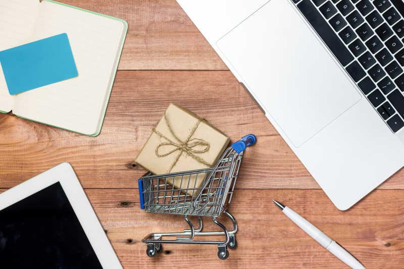 网上购物概念和木制桌子上的小玩意