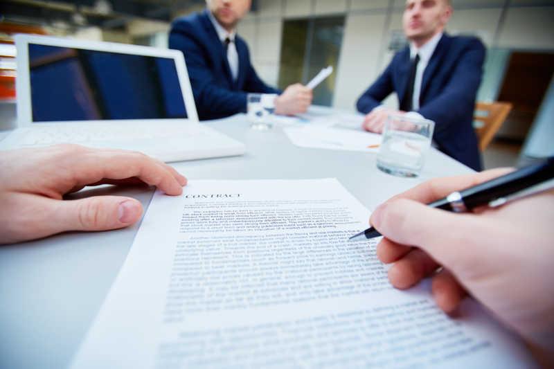 准备签订合同正在仔细阅读合同内容
