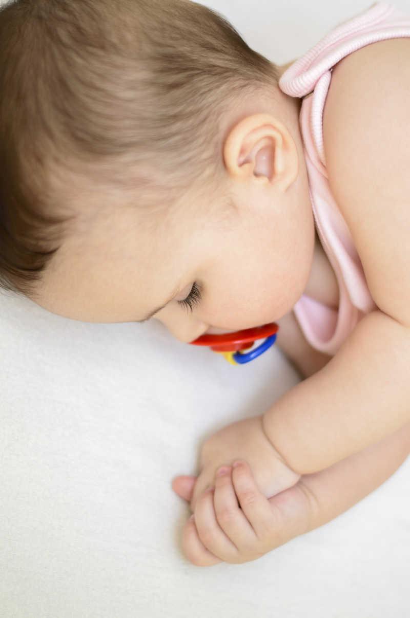 可爱的小宝贝女孩含着奶嘴睡觉