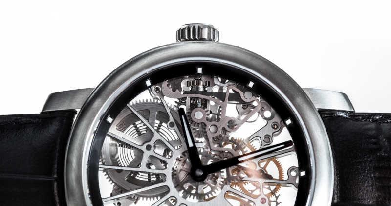 优雅手表里可见的机制发条特写