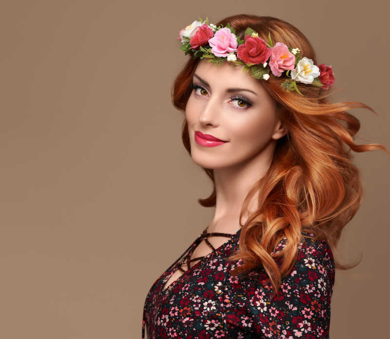 时尚卷发女人写真与波希米亚的花环