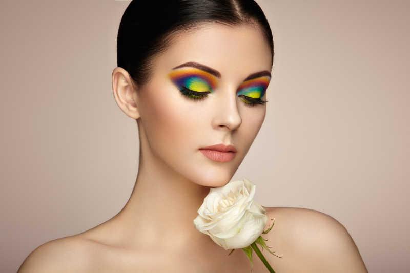 美丽时尚美妆的年轻模特