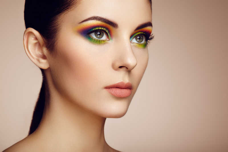 美丽时尚妆容女子的彩虹眼影