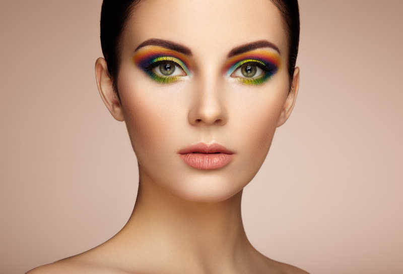 美丽时尚的年轻女子与彩虹眼影