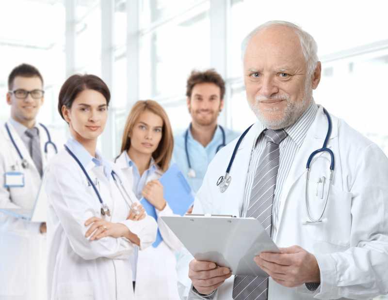 年迈的医生教授与专业医生的肖像