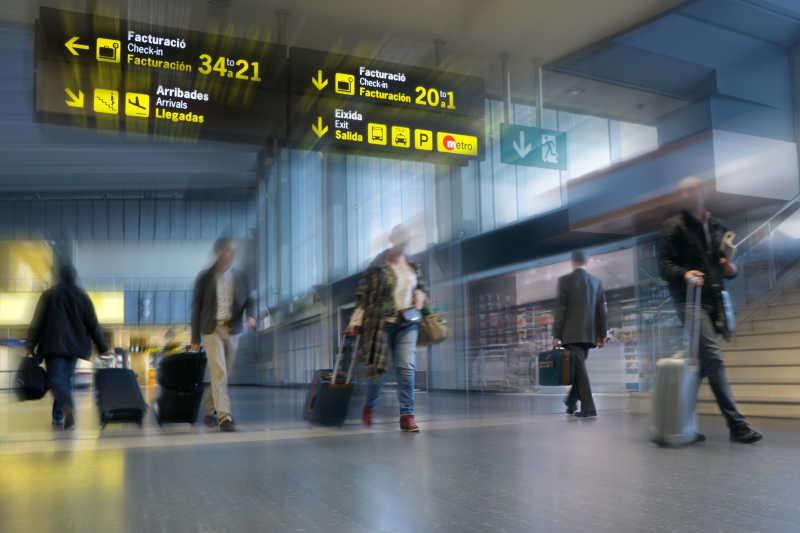 在国际机场的航空公司乘客